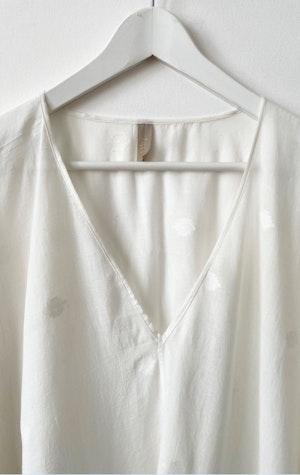 White Jamdani  V-neck caftan by Two - 3